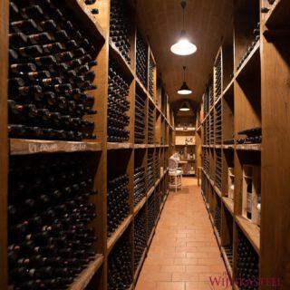 Hoe bewaar ik mijn wijn? 🍷   Dit is een vraag die wij vaak krijgen. De één legt zijn favoriete wijn gewoon in de kelder, de ander heeft een klimaatkast. Wat zijn de do's en don'ts als het aankomt op het bewaren van wijn?   🍇 Wijn kan het best liggend worden bewaard om de kurk niet te laten uitdrogen.  🍇 Bewaar de flessen in een donkere en relatief koele omgeving waar de temperatuur niet teveel schommelt. Het beste is een bewaartemperatuur tussen de 10 en 13°C, maar iets hoger of lager mag ook.  🍇 Dat maakt een wijnklimaatkast (met twee zones) ideaal voor het bewaren van bijv. roséwijnen. Naast de zone die op de ideale temperatuur ingesteld kan worden voor het bewaren van rode wijnen, kan de tweede zone ingesteld worden voor een ideaal bewaarklimaat voor de rosé en of witte wijn!   Hoe bewaart u uw wijnen? Wij zijn benieuwd! 😊👇🏼