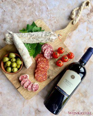 Op zoek naar een lekkere én betaalbare borrel wijn? Dan is deze Monteverdi Primitivo Puglia perfect! 🙌🏼  Een kostbare wijn die de uitstekende kwaliteiten van de Puglia-wijnen bezit. Vol van smaak, fluweelzacht & soepel. Kortom, heerlijk bij een borrel plankje! 🤎  Order now at: www.hetwijnkasteel.nl ▶️