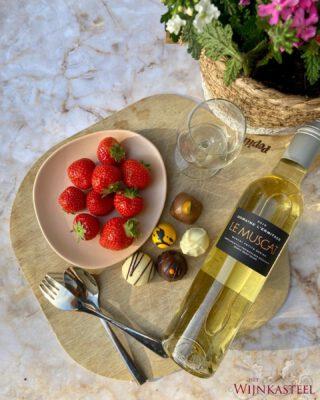DESSERTWIJN - Een diner van het weekend maar nog geen dessert wijn? Dan is dit deze Muscat de perfecte oplossing! 💗  Een honing zoete dessertwijn, elegant heerlijk geurend. Heerlijk bij zoete desserts, fruit en ijs 🍓  Soort: Witte wijn Naam: Chateau L'Ermitage, Le Muscat Druif: Muscat Streek: Costierre de Nimes Land: Frankrijk  Bestel via link in onze bio op www.hetwijnkasteel.nl