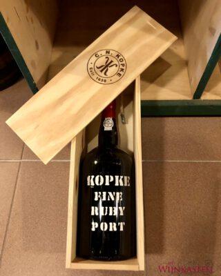 ❕MAGNUM Kopke Fine Ruby Port ❕  Nu deze geweldige magnum Port fles te koop bij HetWijnkasteel! Perfect voor een etentje, feesten en partijen, of natuurlijk gewoon voor de echte Port liefhebbers onder ons 😉🍷  Order now: https://www.hetwijnkasteel.nl/product/r710550/