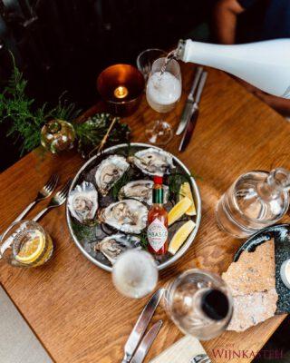 OESTERS & CHAMPAGNE 🤍 - Het is heerlijk om een mousserende wijn te drinken bij oesters. Maar welke wijnen gaan nog meer goed met oesters?  🍇 Witte wijnen: ga dan voor een witte wijn zonder hout rijping , zoals Sauvignon Blanc   🍇 Rode wijnen: Hele andere combi's zijn ook mogelijk, zelfs rode wijn. Ga je voor rood? Kies dan een  gekoelde lichte rode wijn zonder houtrijping met geen of nauwelijks waarneembare tannines. Denk aan een lichte rode wijn uit een koel klimaat zoals een Duitse Spätburgunder of een jonge Pinot Noir. ZEKER het proberen waard!  Komt u toch niet uit uw wijn/spijs combinatie? Schakel gerust de hulp in van @hetwijnkasteel.nl 🍷