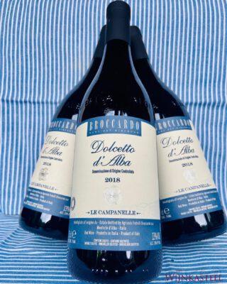 DOLCETTO D'ALBA 💙 - Drie broers en zussen, Filippo, Laura en Federica Broccardo gaan zorgvuldig om met wat werd overgedragen aan hen door hun ouders, grootouders en overgrootouders op hun wijngaarden in Monforte d', Alba: De eerbied voor het vak en de liefde voor de wijn. Met gemoderniseerde technieken maken zijn de wijnen nog steeds zo veel mogelijk op een natuurlijke manier.  De nieuwe generatie Broccardo wijnmakers kiest voor de een selectie van uitsluitend inheemse druivensoorten. Waarvan de award-winnende wijnen Barolo DOCG, Barbera d', Alba DOC en  Dolcetto d', Alba DOC worden gemaakt.   Te koop bij het www.hetwijnkasteel.nl 💙